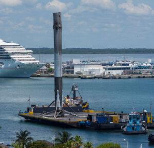 Boční stupeň Falconu Heavy se vrací do přístavu - tehdy ještě jako Falcon 9 z mise Thaicom 8