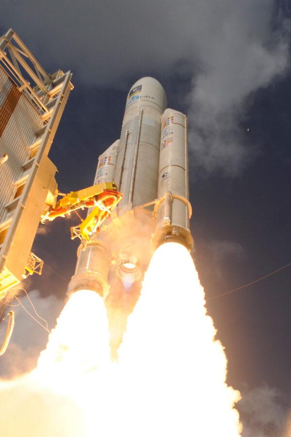 Ariane 5 míjí obslužnou věž