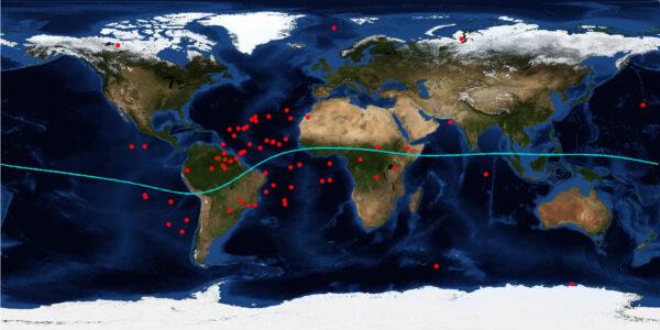 Červené tečky zobrazují místa, kde sondy Swarm ztratily GPS signál. Modrá čára znázorňuje geomagnetický rovník