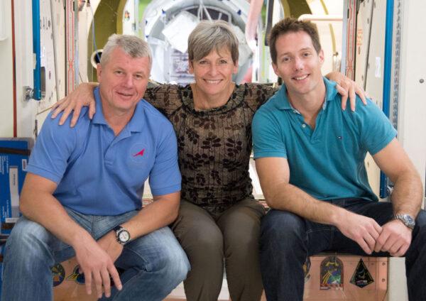 Společná fotka členů posádky Sojuzu MS-03, kterou by si leckdo mohl splést s rodinným portrétem. Zleva - Oleg Novickij - Peggy Whitson - Thomas Pesquet