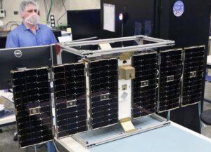 Jeden z osmi satelitů CYGNSS během stavby