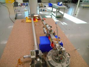 Systém TAGSAM ještě před připojením k sondě OSIRIS-REx