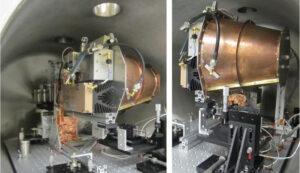 Zařízení testované ve vakuové komoře na torzním kyvadle Johnsonova vesmírného střediska, nalevo pohled zleva a napravo zprava