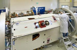 První dokončený satelity GRACE-FO v ochranném transportním obalu.