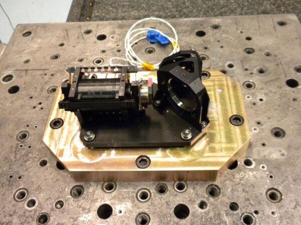 Skutečný exemplář - na snímku je vidět zařízení starající se o pohyb zrcadla i dělič paprsku