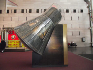Takto byla loď Mercury Friendship 7 vystavena v Národním muzeu letectví a kosmonautiky ve Washingtonu D.C. desítky let.