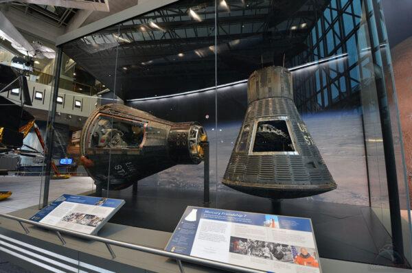 Nově je Mercury Friendship 7 v rozměrném boxu společně s lodí Gemini IV.