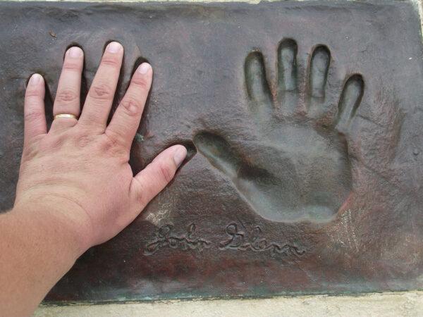 Otisk rukou Johna Glenna v Titusville.