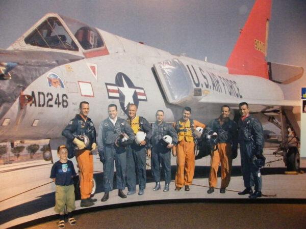 Slavný snímek sedmi astronautů programu Mercury v návštěvnickém centru Kennedyho kosmického střediska.