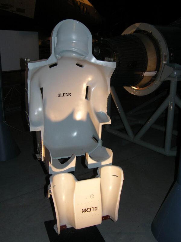 Anatomická výplň křesla Johna Glenna, výcviková verze.