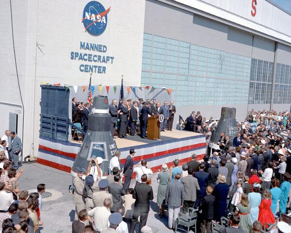 Před hangárem S se 23. Února 1962 setkal John Glenn s prezidentem Kennedym (vlevo je maketa lodi Mercury, vpravo pak vesmírem křtěná Mercury Friendship 7).