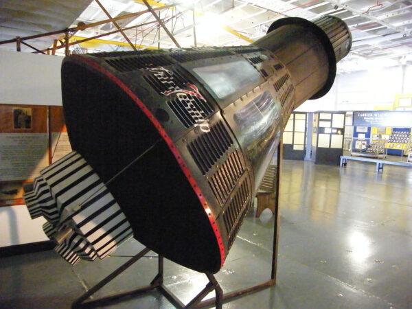 Maketa Mercury Frienship 7 v hangáru letadlové lodi Yorktown.