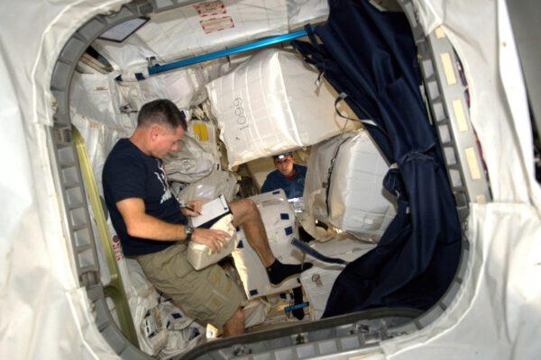 Dnes jsme na ISS řešili náklad. Téměř všechny zásoby k nám dorazí v krabicích různých velikostí z Nomexu, což je materiál odolný proti plamenům. Stanice neměla podle původních plánů dostatek skladovacích prostor, ale teď máme k dispozici dva malé moduly, ve kterých se skladuje jídlo, náhradní díly, oblečení, vědecké experimenty a tak dále. Řídící středisko nám (jako vždy) pomáhá v tom, abychom se vyznali v seznamu, který obsahuje 71 903 položek. Je zvláštní, že naši kolegové na Zemi znají přesné umístění různých věcí v našem domě lépe než my. Před úklidem: Speleologické dobrodružství v mikrogravitaci – někdy se musíte ponořit hodně hluboko, abyste našli to, co hledáte.