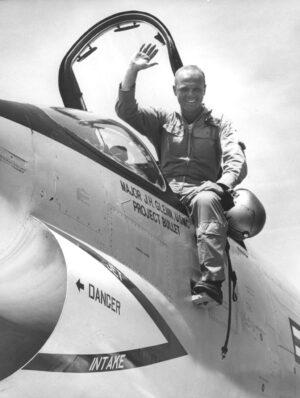 John Glenn bezprostředně po rekordním transkontinentálním letu
