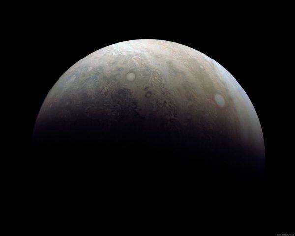Jupiter tak, jak jej zaznamenala sonda Juno při třetím obletu