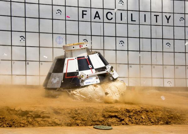 Testy přistání lodi Starliner na pevninu.