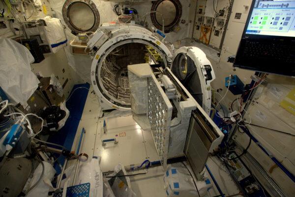 Včera jsem měl dlouhý pracovní den v japonském modulu. Tohle je jediný výstup pro instalaci experimentů vně ISS bez toho, aniž byste museli oblékat skafandry. V první řadě – je to zařízení, které se skládá z desky, která jezdí na kolejích a nachází se v japonském modulu Kibó, kterému se říká také JEM (Japanese Experiment Module). Zařízení se umístí na posuvnou desku, pak se zavřou dveře a deska se vysune do otevřeného vesmíru. Tady se jej může ujmout staniční robotická paže. Tento týden jsme testovali systém pro vyhledávání externích úniků, který hledá abnormální změny v tlaku uvnitř tepelného systému stanice. Tento výsuvný systém v přechodové komoře modulu JEM se dá využít i pro vypouštění malých družic, které často vyvíjejí studenti univerzit.