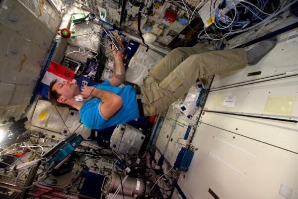 Tenhle týden jsem měl práci hlavně s francouzským experimentem EveryWear. Je to zařízení vyvinuté v Lyonské klinice MEDES (vesmírná klinika francouzské kosmické agentury CNES) a jeho cílem je ušetřit čas nás, astronautů, abychom mohli více času věnovat vědě. I přesto, že tu máme 16 východů slunce za den, žijeme tu podle klasického 24hodinového režimu. Máme tu hodně úkolů a i když nám pozemní středisko pomáhá seč může, digitální asistent se vždycky hodí. EveryWear je aplikace do tabletu určená ke sběru fyziologických a medicinských údajů. Například na této fotce pracuju s tonometrem, který sleduje změny v mých tepnách při pobytu ve stavu beztíže.