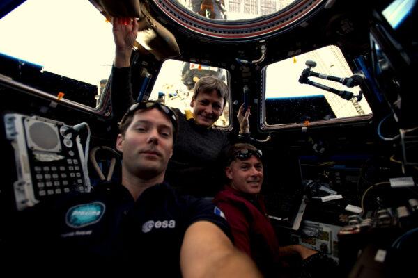 Selfie posádky v modulu Cupola. Jsem technicky vzato součástí americké posádky, která je na ISS společně s ruskou sekcí. Na fotce máme Peggy Whitson a velitele expedice – Shana Kimbrougha. Shane se na Zemi vrátí o několik měsíců dříve než Peggy a já. A jakmile odletí, Peggy se stane velitelkou! Věřím, že brzy budu moci udělat selfie i s mými ruskými kamarády.