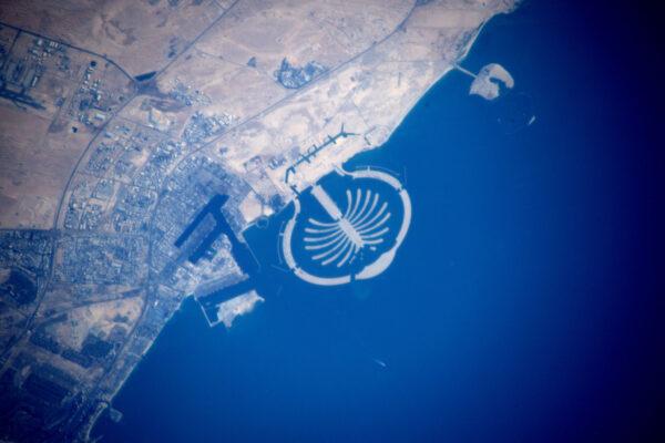 Není to povedená fotka, ale zachycuje velmi známý útvar – lidmi vyrobený ostrov v Dubaji.