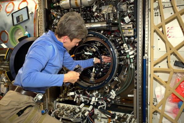 Je brzy ráno a my už pracujeme! Výzkum se na ISS nikdy nezastaví, tedy pokud nemusíme zrovna opravit nějaké hi-tech zařízení. Na téhle fotce si Peggy hraje na McGyvera, když se snaží zprovoznit zaseklá dvířka od pece. Hezké pondělí všem!