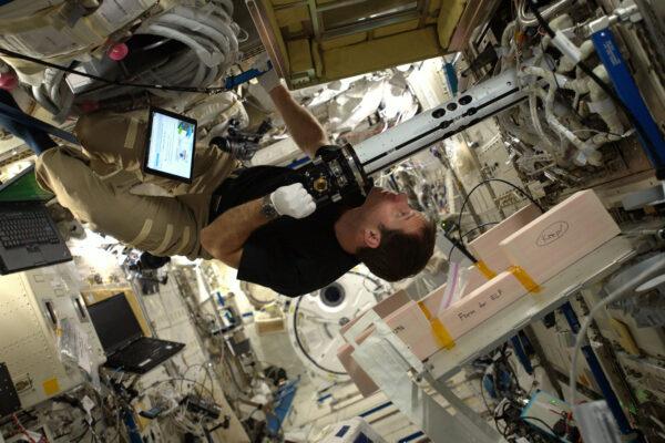 Někdy na ISS najdete nejlepší pracovní polohu na stropě.