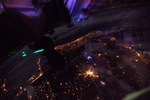 Zdravím Madrid! Barevné odrazy v oknech ISS dodávají dojem fiesty.