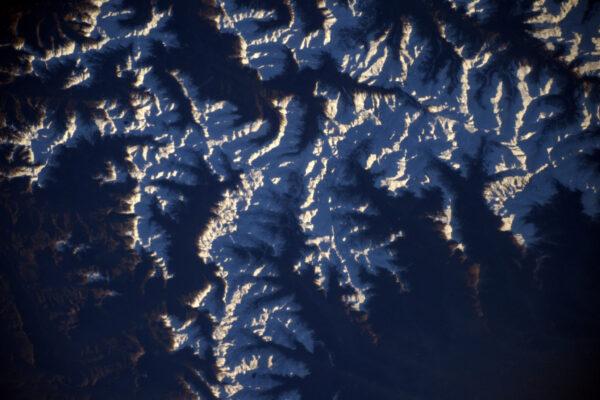 Na jih od města Gap – sníh na alpách vypadá, jako kdyby se šířil směrem k moři.