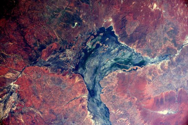 Australské vnitrozemí: Krajina konce světa (všimněte si silnice v levém horním rohu)