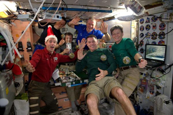 Posádka 50. expedice na Mezinárodní vesmírné stanici přeje vám všem krásné svátky.