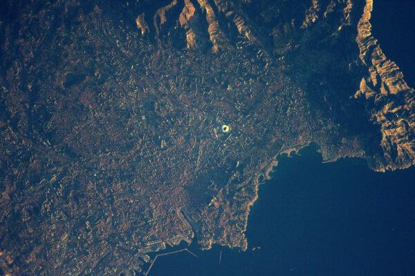 Fotbalový stadion (Olympique Marseille!), starý přístav a typické potůčky zvané calanques … tohle může být jenom Marseille. Jižní slunce dnes jasně zářilo i na Mezinárodní vesmírnou stanici.