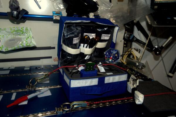 Tenhle týden jsem měl práci hlavně s francouzským experimentem EveryWear. Je to zařízení vyvinuté v Lyonské klinice MEDES (vesmírná klinika francouzské kosmické agentury CNES) a jeho cílem je ušetřit čas nás, astronautů, abychom mohli více času věnovat vědě. I přesto, že tu máme 16 východů slunce za den, žijeme tu podle klasického 24hodinového režimu. Máme tu hodně úkolů a i když nám pozemní středisko pomáhá seč může, digitální asistent se vždycky hodí. EveryWear je aplikace do tabletu určená ke sběru fyziologických a medicinských údajů. Máme tu i chytré tričko – inovativní oblečení, které během cvičení poskytuje měření EKG. EveryWear je unikátní zařízení a já jsem první, kdo testuje jeho široké možnosti. Možná se o něm během mé mise ještě zmíním.