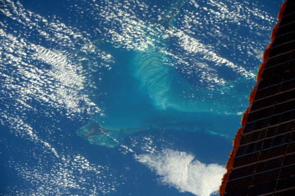 Modrá barva v oceánech není nikdy jednolitá – především pak v Karibiku. Nádherně kontrastuje s našimi solárními panely.