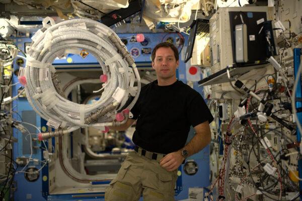 Kabely! Největší noční můra astronautů. Zkuste je rozvázat ve stavu beztíže a stane se z nich poletující had s vlastní vůlí.
