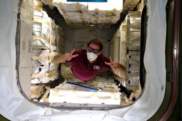 A takhle to vypadá uvnitř HTV. Celkem 2600 kilogramů vědeckého vybavení a zásob – všechno úhledně zabalené a přikurtované ke stěnám, aby to přežilo let do vesmíru. Při prvním vstupu do nákladní lodi – poté, co vyrovnáme vnitřní tlaky a otevřeme průlez – musíme vždycky nosit masku a odebrat vzorky atmosféry. Bezpečnost na prvním místě! prach a různé malé úlomky se mohou uvolnit a stávají se nebezpečím pro posádku, pokud by byla atmosféra nějak znečištěná. Ale to není případ naší čisté HTV-6.