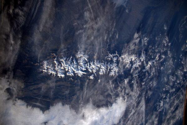 Pohled od západu na východ na Pyreneje. Vypadá to, že sníh čeká na lyžaře.