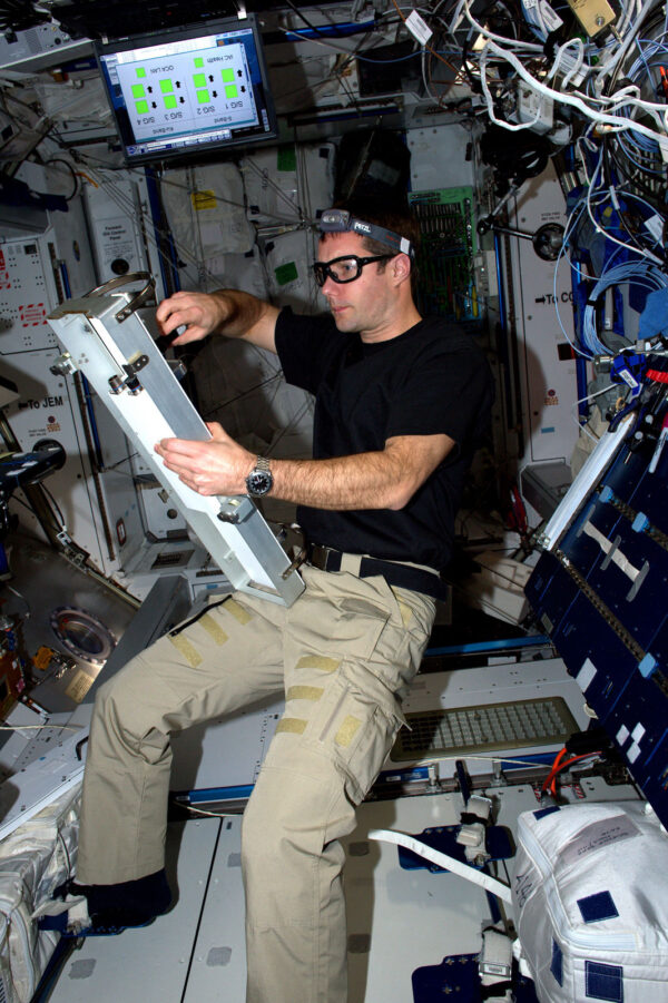 Člověk vs. stroj! Na ISS se opravdu hodí, když jste zruční.