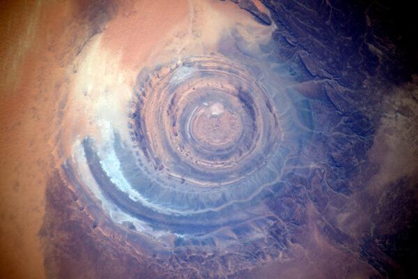"""""""Africké oko"""" v poušti Sahara, konkrétně v Mauretánii. Jeho průměr je téměř 50 kilometrů a astronautům slouží už dlouho jako orientační bod. Dříve se myslelo, že je to důsledek dopadu meteoritu, ale nyní se vědci přiklání k možnosti, že vzniklo erozí."""