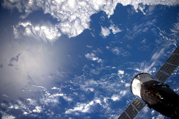 Naše planeta je především modrá a bílá. Ale to neznamená, že by vás někdy začalo nudit sledování moří a oblaků nad nimi.