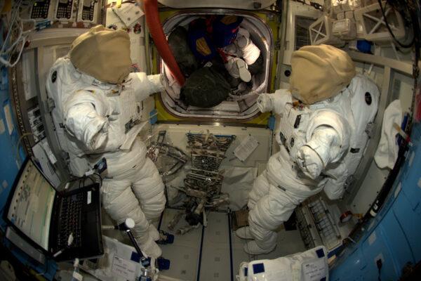 Naše cesta ven – modul Quest. Momentálně jej používáme jako sklad, ve kterém máme i naše skafandry. Kromě toho je tu i přechodová komora pro výstup do volného vesmíru. Konkrétně ho najdete v místě, které je zarovnané věcmi za našimi skafandry. Z tohoto modulu se před výstupem vyčerpá atmosféra a my můžeme otevřít dveře ven. Při zkouškách v Johnsonově středisku jsem měl možnost setkat se s vakuovým experimentem a také jsem se zkoušel potápět, což se bude hodit při našem výstupu.