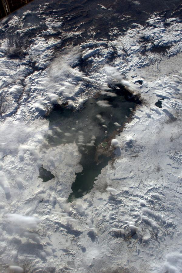 Překrásné zamrzlé jezero. Vede mne to k úvahám o srdci, ale nějakém chladném.