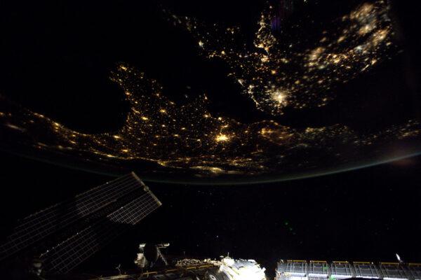Právě se nám naskytl fantastický výhled na Evropu. Je tak těžké jít spát poté, co jste viděli něco takového.