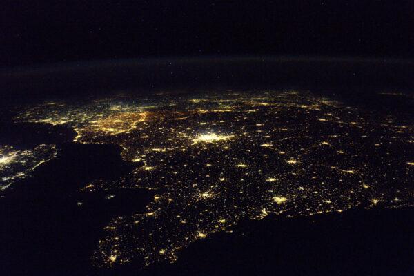 Letím od západu na východ a jako první spatřím světla na pobřeží Bretaně – stejně jako mnoho mořeplavců přede mnou. Přilétáme vždy z tohoto směru, což je dáno dráhou, po které ISS letí. Jestli nás nechcete minout, až vám poletíme nad hlavou, musíte čekat, že přiletíme od západu … Na obloze stanice vypadá jako jasná hvězda, která se pohybuje.