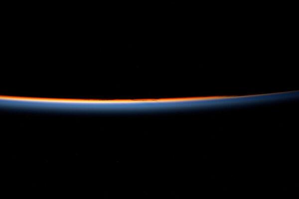 Východ slunce! Za 24 hodin jich tady na ISS zažíváme 16. Stanici trvá 90 minut, aby při rychlosti 28 000 km/h dokončila oběh kolem Země. Pochopitelně nemůžeme sledovat všechny východy slunce, protože často pracujeme uvnitř stanice, ale pokaždé, když mohu, pořídím podobnou fotografii.