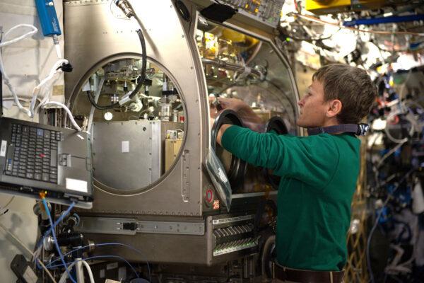 Jak provádět experimenty s kapalinami a plyny v mikrogravitaci, aniž by vám unikly do vzduchu? Evropská kosmická agentura vyvinula speciální glovebox, který se nyní nachází v americkém modulu Destiny. Peggy strávila celý den s rukama v našem MSG (Microgravity Science Box). Jedná se o kompletně hermetickou, nezávislou minilaboratoř. Má kolegyně zrovna prováděla hydrodynamický experiment PBRE (Packed Bed Reactor Experiment). Jeho cílem je studovat chování plynů a kapalin v porézních materiálech, abychom mohli vylepšit systém jejich filtrování. Je to krásná ukázka mezinárodní vědecké spolupráce a také našeho evropského know-how.