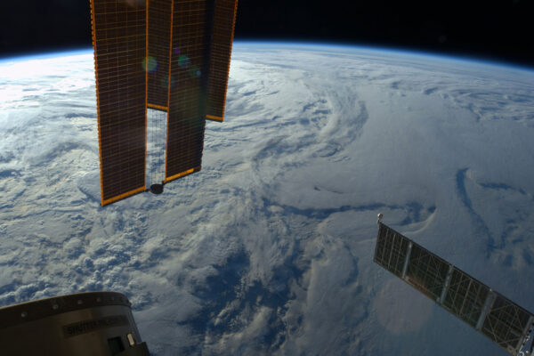 Severní polokoule někdy vypadá jako hmota tvořená bílými mraky a sněhem … jako sněžný glóbus.