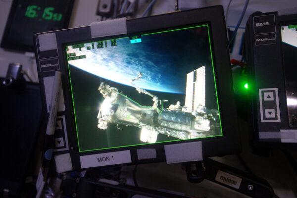 Máme na ISS televizi? Skoro. Na vnější části stanice je několik kamer. Používáme je, kromě jiného, když manipulujeme s robotickou paží. Jejich obraz můžete živě sledovat na živém vysílání z ISS.