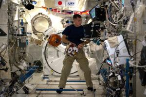 Práce Shanea se SPHERES je velmi fotogenická. NASA vymyslela chytrý akronym pro SPHERES - Synchronized Position Hold, Engage, Reorient, Experimental Satellites. Překládá se to dost složitě … abych to shrnul – jejich úkolem je vylepšit počítačové programy určené k likvidaci kosmického smetí, které zatěžuje zemskou oběžnou dráhu. A naše role v programu SPHERES? Tento experiment studuje dynamiku mezi zachyceným objektem a ovládaným satelitem, který plní roli tahače. Když si fotku zvětšíte, všimnete si, že obě koule jsou spojeny lankem. Kosmický odpad, který jsem už zmiňoval na svém blogu, představuje nebezpečí pro aktivní družice, nebo pro ISS a proto hledáme řešení k jeho zachycení a likvidaci. Je to velká technologická výzva a pozorování chování těchto malých koulí ve stavu beztíže uvnitř ISS je skvělou možností, jak ověřit proveditelnost různých metod.