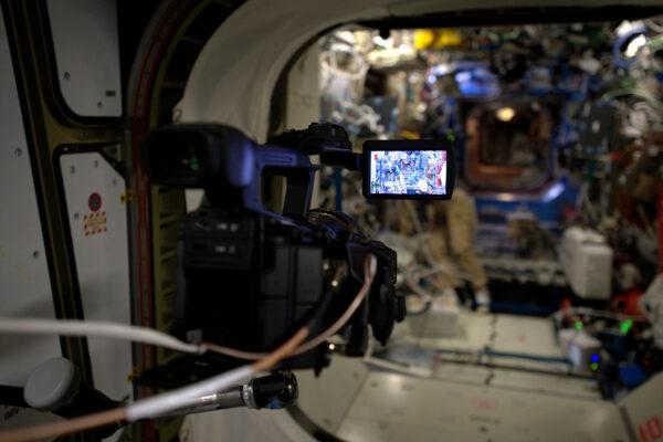 Na stanici nás řídící středisko celý den sleduje i s pomocí živého videa (které jen tak mimochodem můžete vidět na NASA TV). Někdy ale displej zčerná – to když měníme komunikační družici a dochází ke ztrátě signálu. Letoví ředitelé se vždy rozhodují, kterou kameru pustí do vysílání – někdy je to výhled na Zemi, někdy zase pohled do útrob stanice. Ale i tak nám nechávají alespoň nějaké soukromí. :-)
