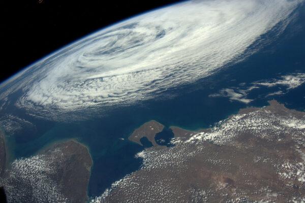 Tropické bouře odsud vypadají okázale. Zůstaň v bezpečí, Argentino! Z ISS pozorujeme velké tropické bouře, hurikány a v noci i blesky.